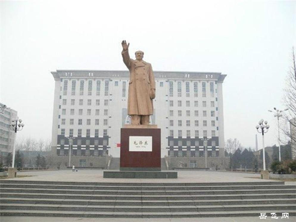 河南师范大学校园内的毛主席像